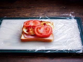 三明治,放入薄薄的番茄片。