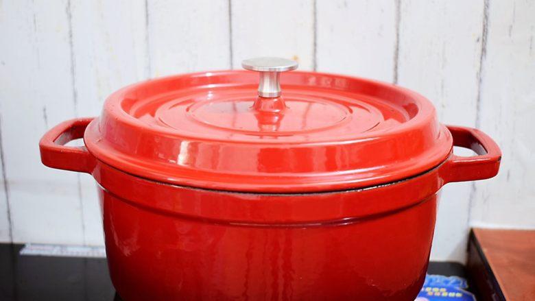 黄焖鸡,大火烧开转中小火炖煮15-20分钟