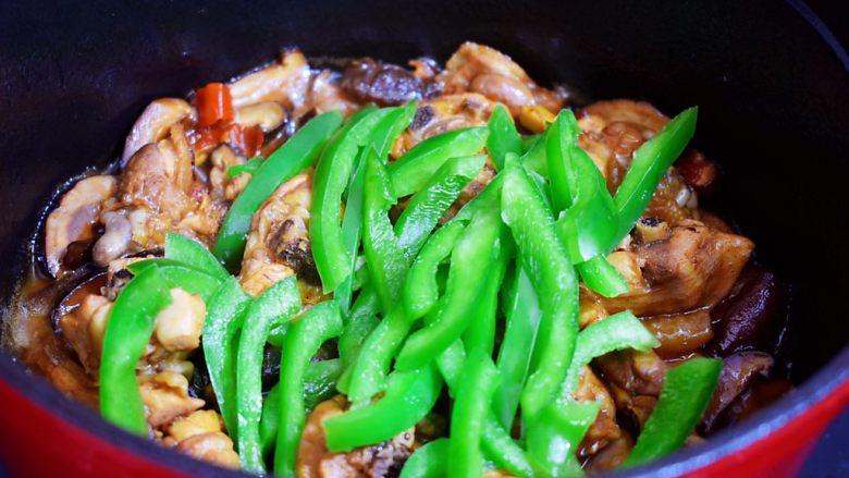 黄焖鸡,炖煮至肉烂,汤汁浓稠时加入青椒翻炒至断生