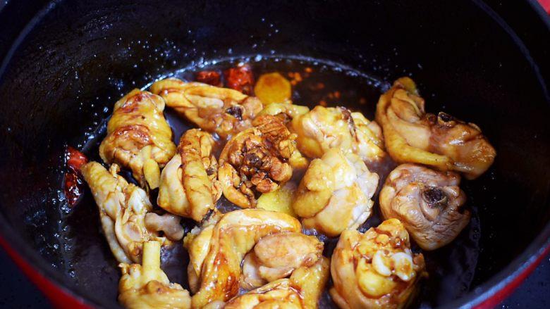 黄焖鸡,翻炒至上色