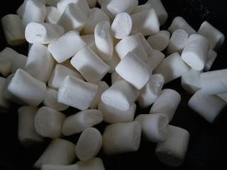 网红雪花酥,加入白色棉花糖,小火融化,一定要不停搅拌,别把糖熬糊了