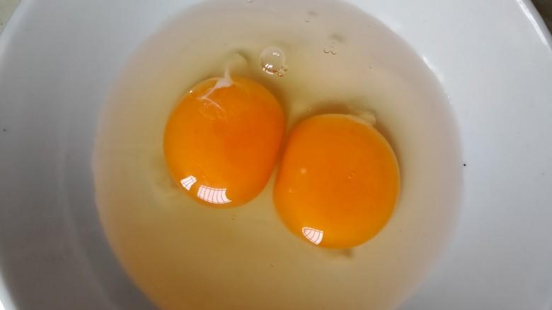 翡翠蛋花肉,打两个白鸡蛋。放入碗中,打花。