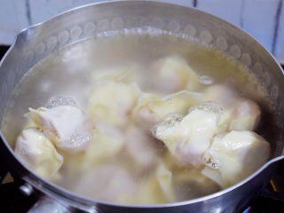 酸汤馄饨,锅中倒入适量的清水烧开后,把馄饨放入