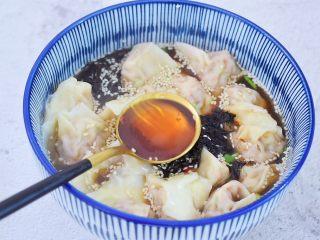酸汤馄饨,再淋上香油,拌匀即可享受美食了