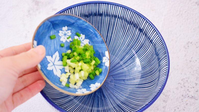 酸汤馄饨,大碗中加入葱花