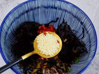 酸汤馄饨,加入白芝麻拌匀备用