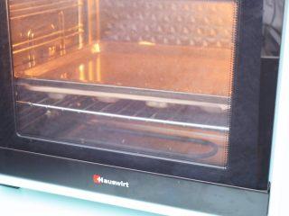 童趣小面包,放入预热好的烤箱,上下火150度,中层15分钟