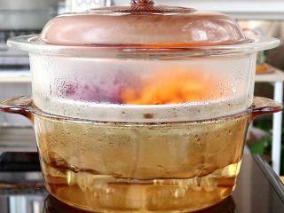 奶香南瓜紫薯泥,放入锅中,蒸至南瓜和紫薯软烂