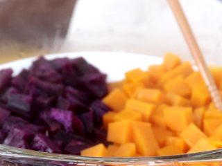 奶香南瓜紫薯泥,用筷子可以轻轻的戳动,就说明熟了