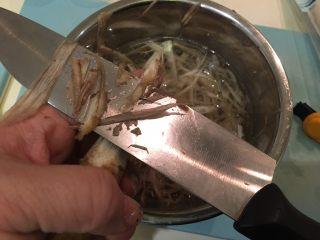 日式炸鱼饼,像削铅笔一样的将牛蒡削薄片,泡入醋水避免氧化发黑