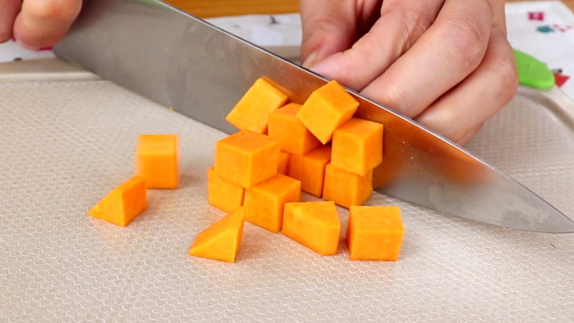 奶香南瓜紫薯泥,将南瓜切碎丁</p> <p>tips:这里切碎丁是为了蒸熟的快一些,具体大小大家根据自己的喜好切就可以了