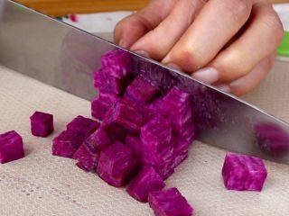 奶香南瓜紫薯泥,紫薯切碎丁