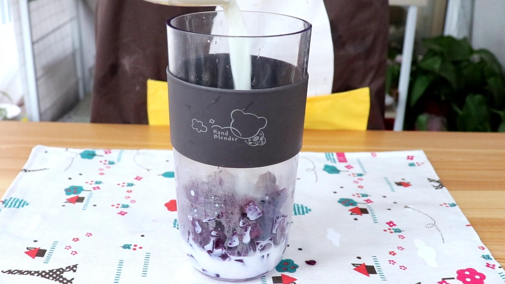奶香南瓜紫薯泥,同理,将蒸熟的紫薯倒入料理杯中,加100ml配方奶</p> <p>tips:配方奶也可以用等量的温水代替