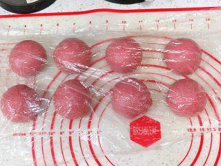 美颜美味~双重诱惑滴面包【草莓夹馅甜心包】,面团排气后,均匀分成8份。滚圆,盖保鲜膜,松弛20分钟