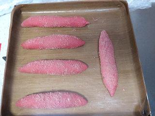美颜美味~双重诱惑滴面包【草莓夹馅甜心包】,摆进烤盘