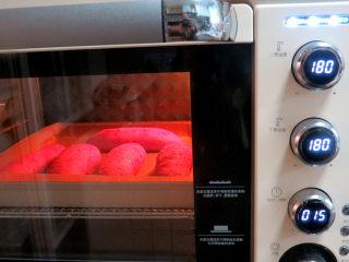 美颜美味~双重诱惑滴面包【草莓夹馅甜心包】,放进烤箱烘烤,上下火180度,烘烤时间15-20分钟。我在十分钟后加盖了锡纸,怕上色太深