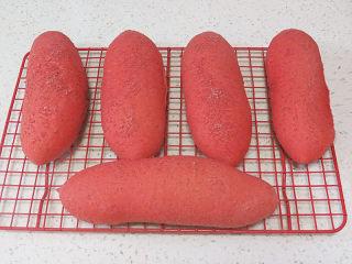 美颜美味~双重诱惑滴面包【草莓夹馅甜心包】,烤好后放晾网上晾凉