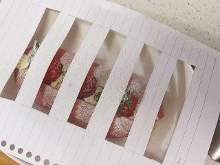 美颜美味~双重诱惑滴面包【草莓夹馅甜心包】,用纸剪出条状网格,覆盖有面包表面,筛上防潮糖粉