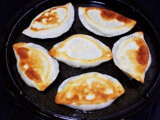 百吃不厌的韭菜盒子,把韭菜盒子煎至两面金黄色就可以了,过程大概需要5分钟左右哟,没有电饼铛的,可以用平底锅烙制是一样的哈。