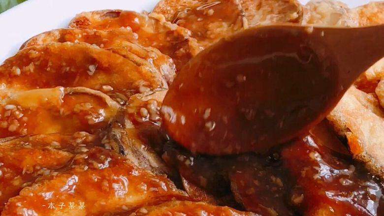 鱼香茄子,淋在煎好的茄子上 (也可以把茄子倒入酱汁中翻炒均匀后装盘)