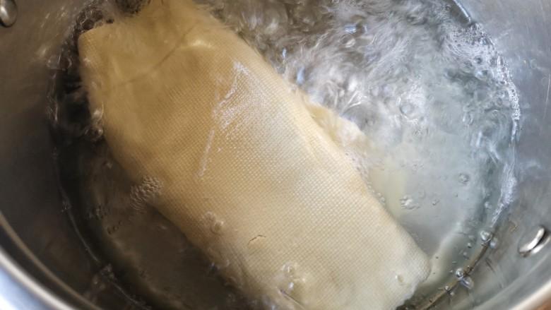 五彩豆皮卷——解年腻必备,豆皮洗净去开水焯2-3分钟。