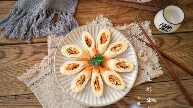 五彩豆皮卷——解年腻必备,摆盘即可。