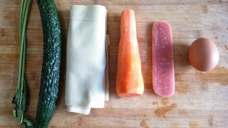 五彩豆皮卷——解年腻必备,准备食材。将各种食材洗净,<a style='color:red;display:inline-block;' href='/shicai/ 25'>胡萝卜</a>去皮。