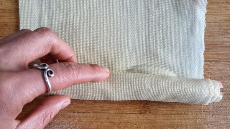五彩豆皮卷——解年腻必备,从一端卷起,尽量卷的紧些。