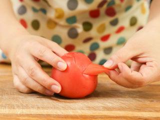 番茄面片12m+:酸甜开胃又营养!,番茄去皮,切碎备用