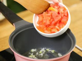 番茄面片12m+:酸甜开胃又营养!,热锅下油,下葱花炒香,加西红柿碎,炒出红色汤汁,加酱油
