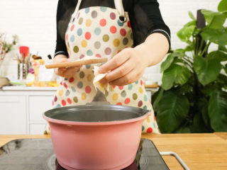 番茄面片12m+:酸甜开胃又营养!,锅中就入水,烧开,放入切好的面片