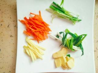 清蒸黄花鱼,鱼腌制过程把胡萝卜切丝,姜切片,一部分姜切成丝,葱拿一根捆成一捆,剩余葱切丝备用