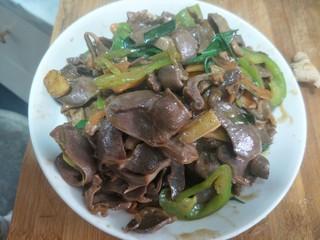 爆炒鸭胗,上锅前把蒜叶倒进去翻炒一会,然后装盘。