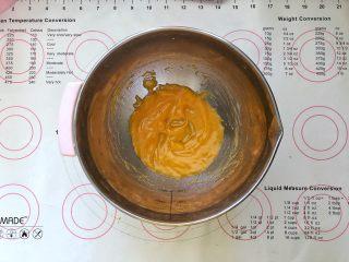 美容养颜、营养健康的南瓜戚风蛋糕,2、玉米油和南瓜泥倒入盆中搅拌至乳化状态。