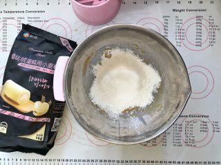美容养颜、营养健康的南瓜戚风蛋糕,3、筛入蛋糊粉。