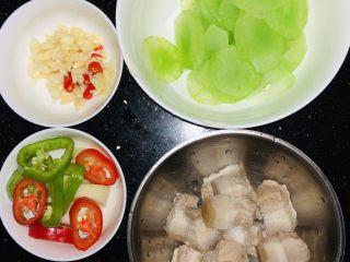 凉拌莴笋,第一步备菜: 1.小米椒,蒜,姜,蒜苗切碎,红椒切条 2.莴笋去皮后切成薄片儿,起锅水开后放入莴笋片儿,焯水两分钟后,过凉水备用