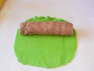 西瓜小饼干,再把抹茶面团擀成面片,把红曲面团放在抹茶面片上