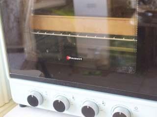西瓜小饼干,烤箱预热160度,中层,上下火烤15分钟左右,烤完后晾凉就可以吃啦!可以放保鲜袋或者小瓶子里,半个月都不会坏的!