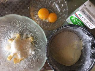 蛋黄椰蓉球,准备好所需材料备用