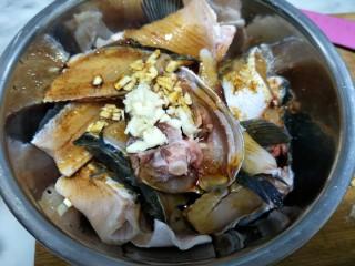 板栗烧黑鱼,鱼切块姜爆加入盐酱油蒜末腌制