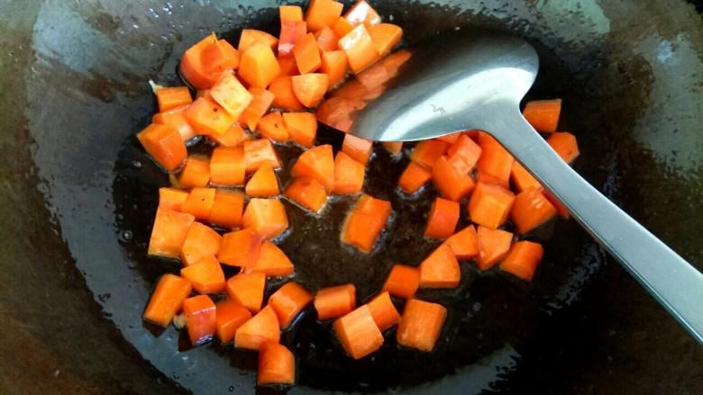 炒馒头丁,放入胡萝卜丁翻炒至变软盛出待用