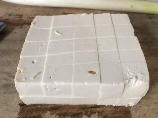 麻婆豆腐,切成小方块