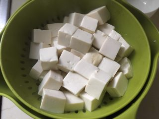 麻婆豆腐,焯水后备用