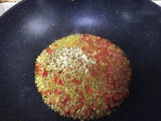 麻婆豆腐,油热后加入姜末、蒜末、小米椒末、花椒粉爆香