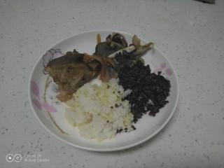 酱牛排,盛入盘中,盛入杂米。
