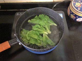 5分钟搞定的橄榄菜火腿丝炒面,2、小锅里倒入适量的清水烧开,放入少许盐和油,放入青菜焯一下捞出沥干水分。