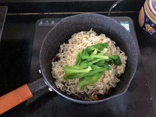 5分钟搞定的橄榄菜火腿丝炒面,8、倒入面条和青菜。