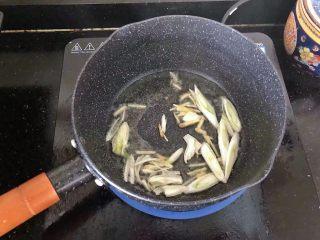 5分钟搞定的橄榄菜火腿丝炒面,5、倒入葱姜爆香。