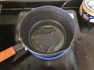5分钟搞定的橄榄菜火腿丝炒面,4、锅内重新放入少许油烧热。