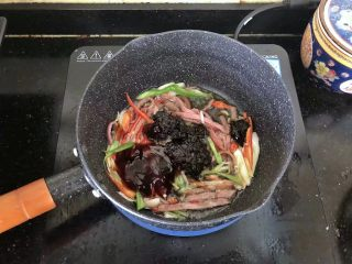 5分钟搞定的橄榄菜火腿丝炒面,7、倒入蚝油、生抽、老抽、橄榄菜翻炒均匀。
